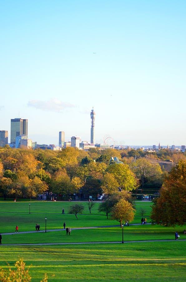 Andedräkt-ta den panorama- sceniska sikten av London cityscape som ses från den härliga primulakullen i St-regenter, parkera arkivfoton