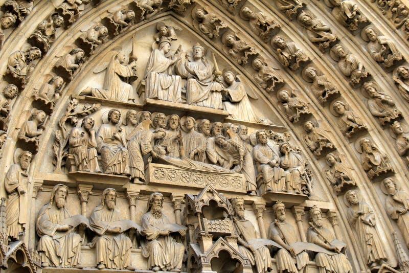 Andedräkt-ta detaljen i stencarvings av apostlar över dörrar, Notre Dame Cathedral, Paris, Frankrike, 2016 royaltyfri foto