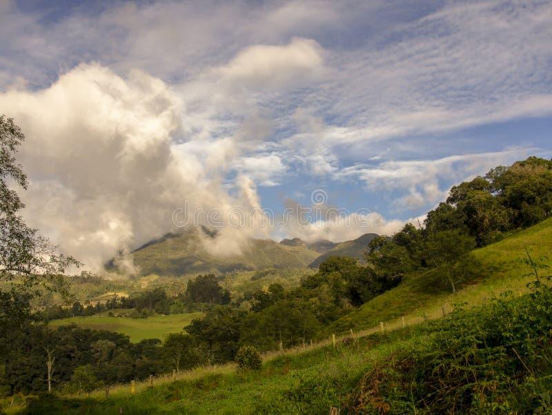 Andenberge von Kolumbien belichteten durch das Licht des Sonnenuntergangs stockbilder