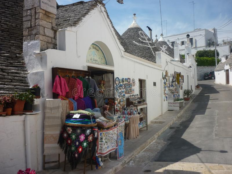 Andenken kaufen in Alberobello, Apulien, Italien lizenzfreie stockbilder