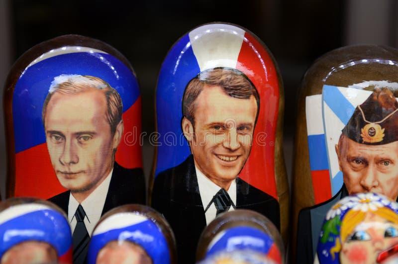 Andenken-matryoshkapuppen, die russischen Präsidenten Vladimir Putin und französischen Präsidenten Emmanuel Macron darstellen lizenzfreie stockbilder