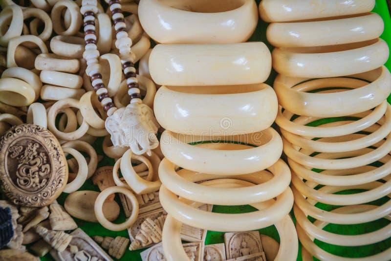 Andenken und Amulette schnitzten vom Elfenbein für Verkauf am Thailändisch-Kambodscha-Grenzmarkt lizenzfreies stockbild
