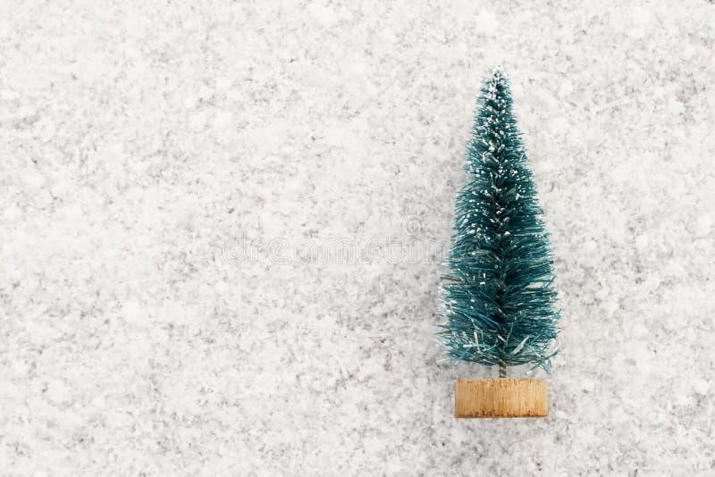 Andenken-Weihnachtsbaum auf weißem Schnee Hintergrund für den Entwurf von Karten auf dem Thema der Winterurlaube Kopieren Sie Pla lizenzfreies stockbild