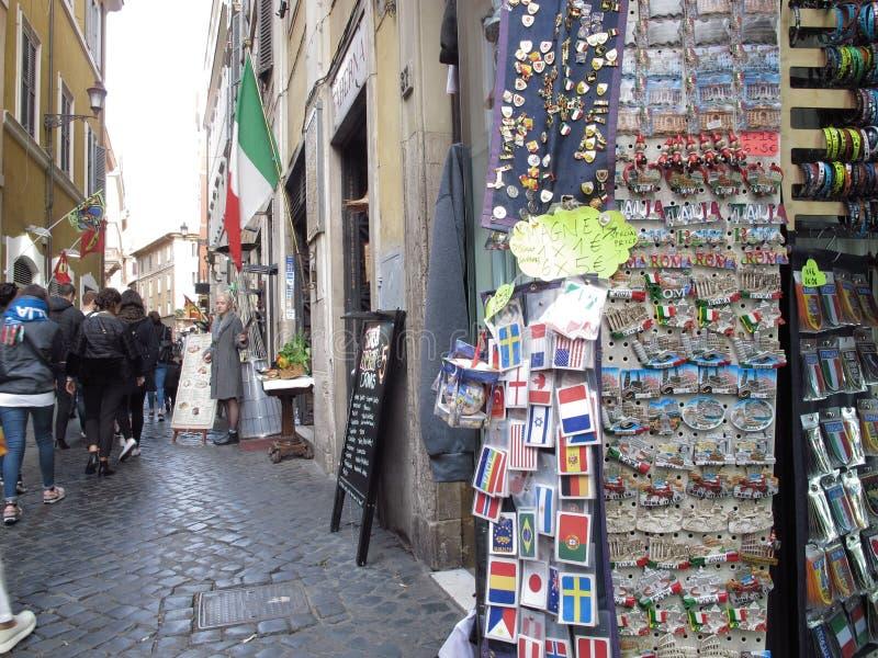 Andenkengeschäfte in der historischen Mitte von Rom stockbilder