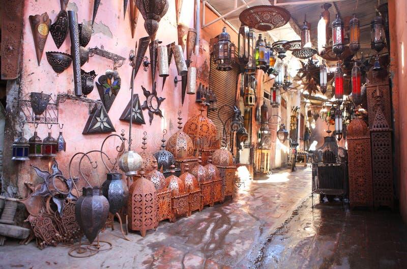 Andenkenlampensystem im medina stockbild