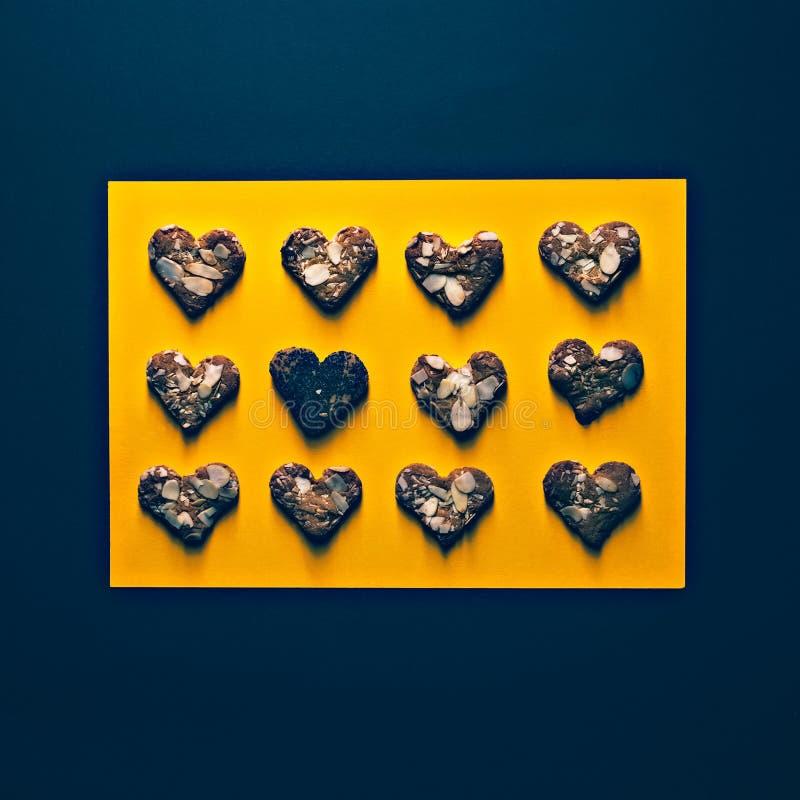 Andenkenplätzchen auf einem schwarzen und gelben Hintergrund handmad lizenzfreie stockfotos