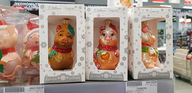 Andenkenschweine, das Symbol des neuen Jahres im Verkauf im Speicher stockfoto