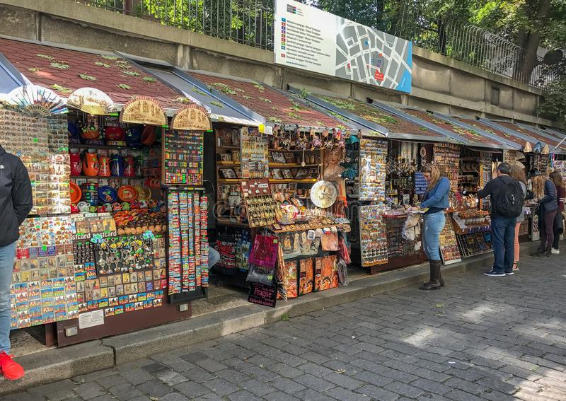 Andenkenstände nahe der Prag-Synagoge lizenzfreie stockfotos