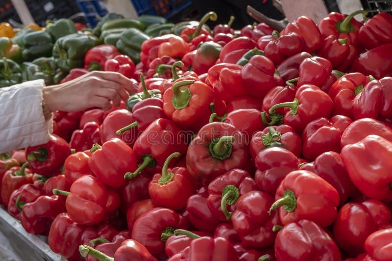 Ander paprika paprika's, vers, organisch, op de Spaanse markt De achtergrond van voedsel sluit schot af met selectieve nadruk stock afbeelding