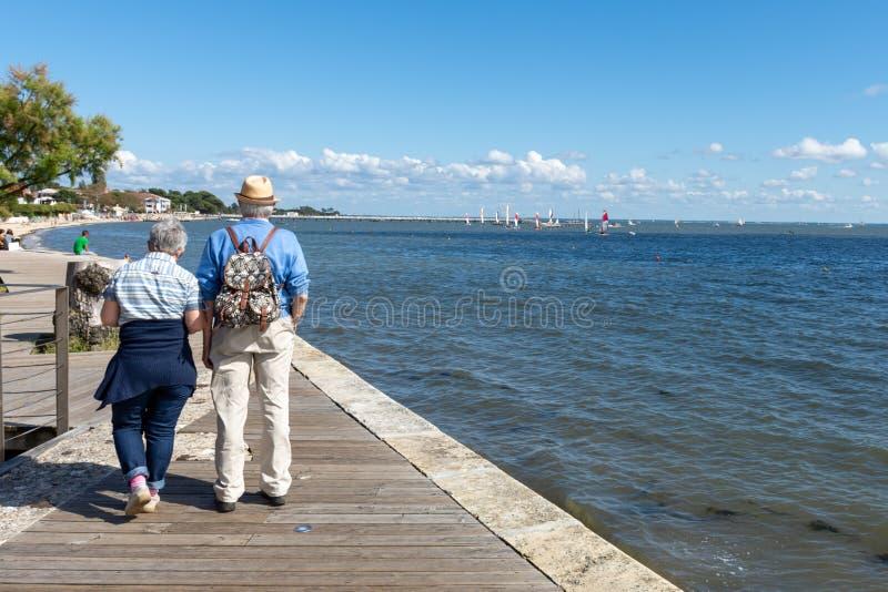 Andernos, Arcachon Baai, Frankrijk Een teruggetrokken paar op de kustpromenade royalty-vrije stock fotografie