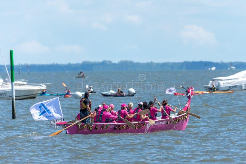 Andernos, Frankrijk, de vereniging 'Elles Du Bassin 'tijdens een regatta royalty-vrije stock foto's