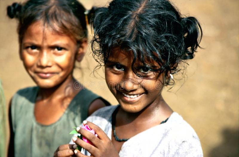 Andhra Pradesh, India, circa Augustus 2002: De meisjes stellen in een landelijk dorp royalty-vrije stock foto's