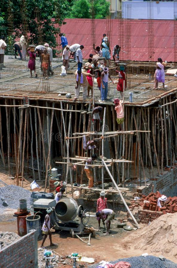 Andhra Pradesh, India: Pracownicy budowlani pracuje na budynku zdjęcie royalty free