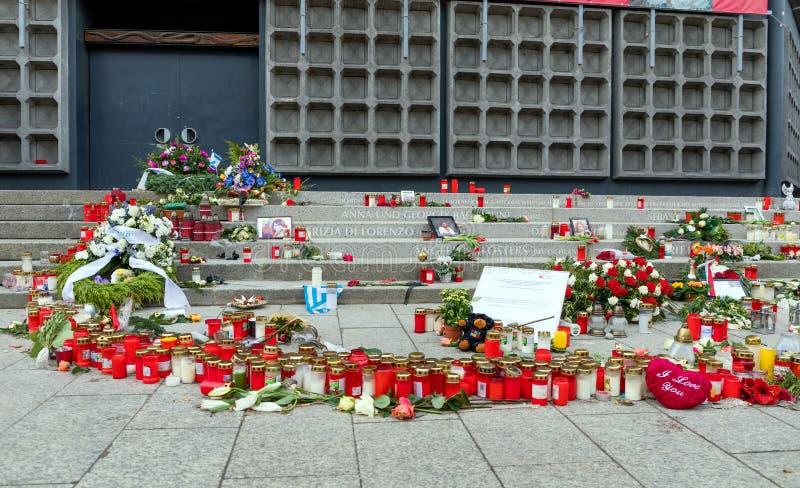 Andles, flores e mensagens dos pêsames no mercado do Natal em Berlim, lugar do ataque terrorista 2016 imagens de stock royalty free