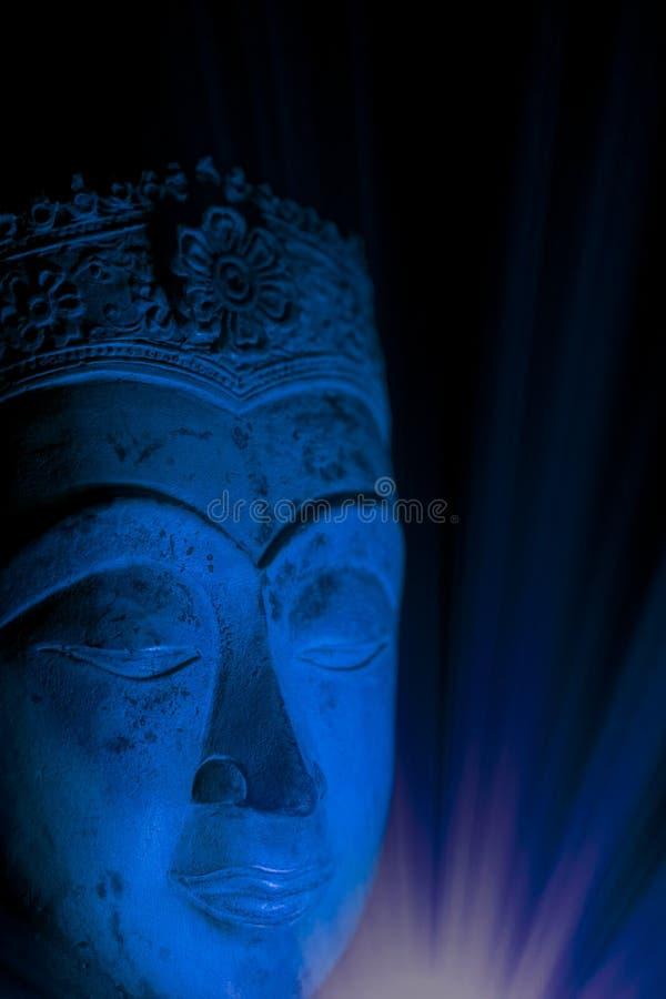 Andligt insiktBuddhahuvud i uppmärksam meditationtrans arkivbilder