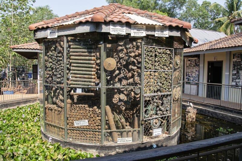 Andminemuseum die - opgelegde munitie tonen ging over van de Khmer Rouge-era weg royalty-vrije stock afbeeldingen
