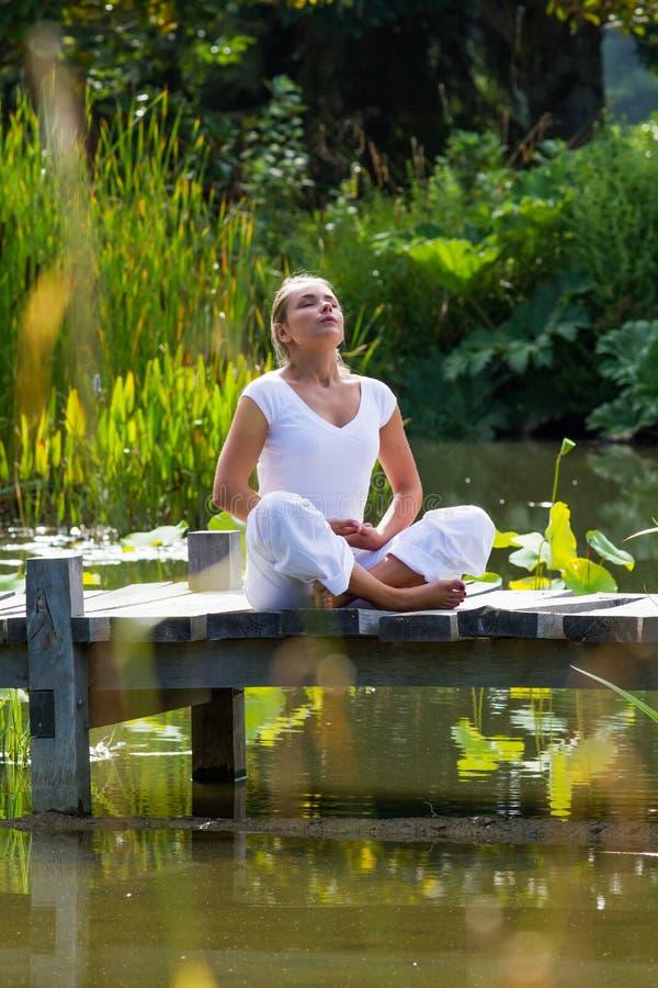 Andning för flicka för Zen20-tal blond, vattenmiljö arkivbild