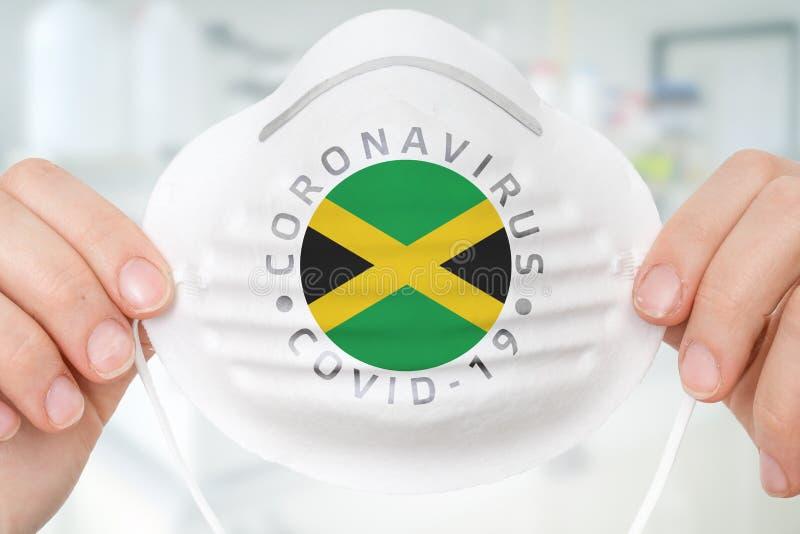 Andningsmask med Jamaicas flagga - Coronavirus COVID-19 conc royaltyfria bilder