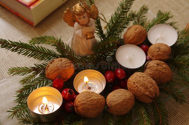 Andra Adventsöndag garnering med ängel fotografering för bildbyråer
