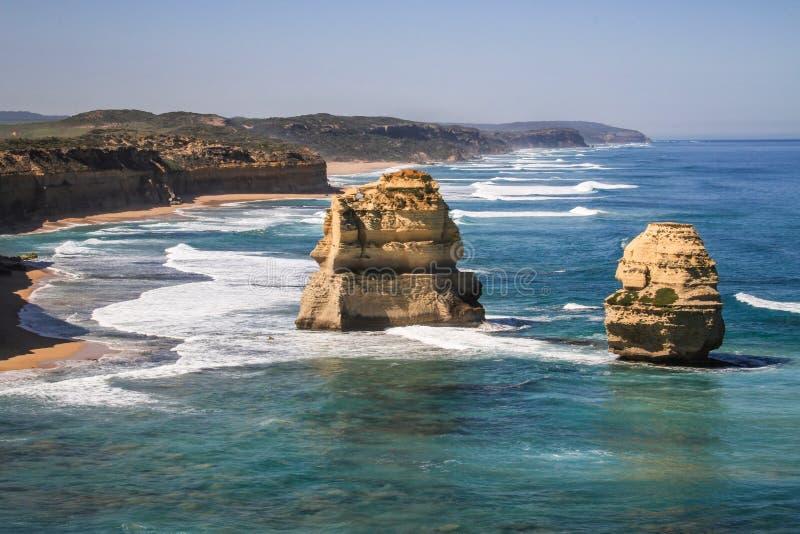 Andra sidan av de tolv apostlarna på en härlig solig dag, stor havväg, victoria, Australien royaltyfria bilder