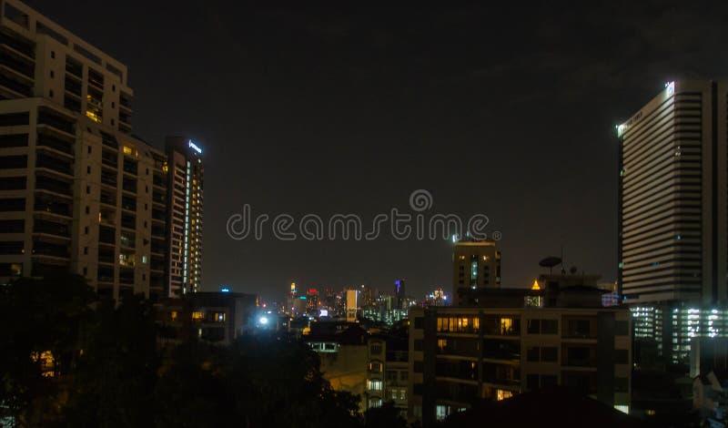 Andra sköt för nattsikt av hög löneförhöjningbyggnad, Bangkok, Thailand arkivfoto