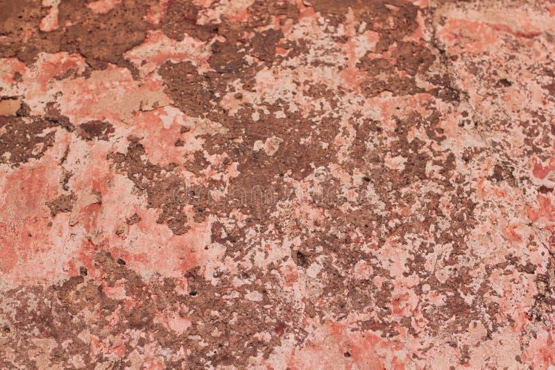 Andrajo de una pintura vieja multicolora en una superficie de una pared de piedra imagen de archivo libre de regalías