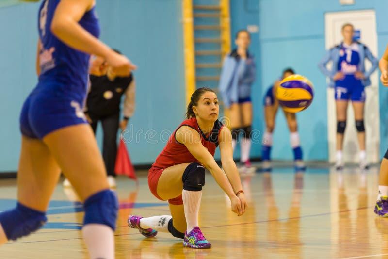 Andreea Ispas, en volleyboll unga libero som leker i CSM Bucharest - match för CSM Lugoj royaltyfria bilder
