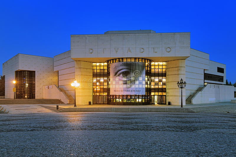 Andrej Bagar Theater am Abend in Nitra, Slowakei lizenzfreie stockfotos