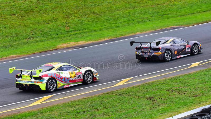 Andrew Moon, der Tiger Wu am Ferrari-Herausforderungs-Asia Pacific-Reihenrennen am 15. April 2018 in Hampton Downs läuft stockfoto
