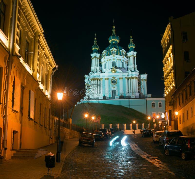 Andriyivskyy nedstigning med Stets Andrew kyrka på natten royaltyfri fotografi