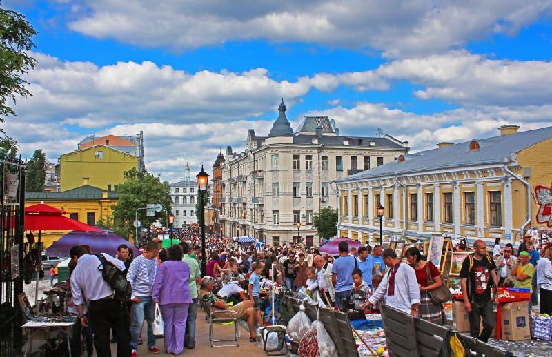 Andriyivskyy Uzvoz Abfall oder Spusk mit den Verkäufern, die Andenken verkaufen und den gehenden Leuten, Kyiv lizenzfreie stockbilder