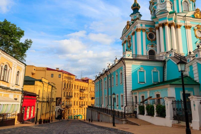 Andriyivskyyafdaling letterlijk: De Afdaling van Andrew is een historische afdaling die Hogere de Stadsbuurt verbinden van Kiev stock foto