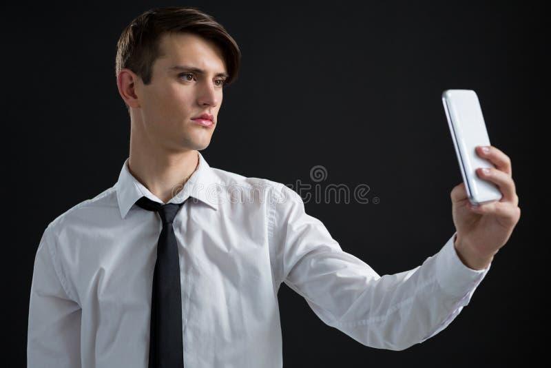 Androgynous mężczyzna bierze selfie obraz royalty free