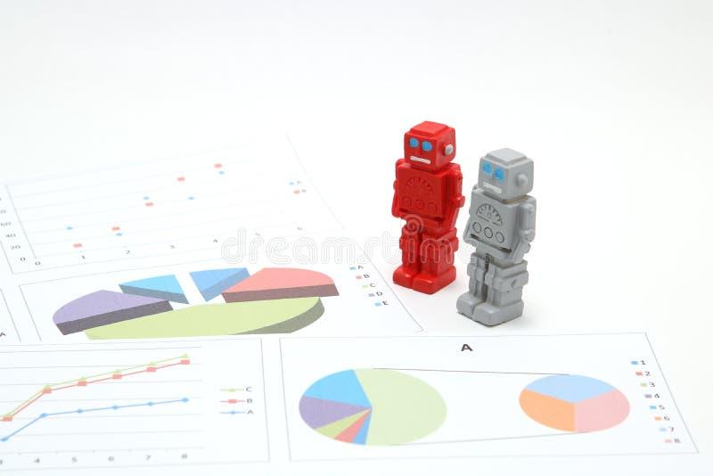 Android-Roboter oder künstliche Intelligenz und Diagramme sind schriftliche Dokumente auf weißem Hintergrund stockfotografie