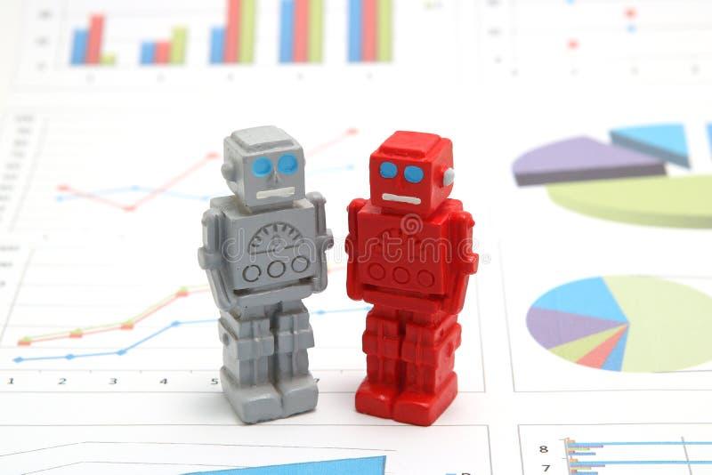 Android-Roboter oder künstliche Intelligenz und Diagramme sind schriftliche Dokumente auf weißem Hintergrund stockbild