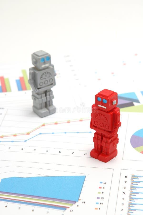 Android-Roboter oder künstliche Intelligenz und Diagramme sind schriftliche Dokumente auf weißem Hintergrund lizenzfreies stockbild
