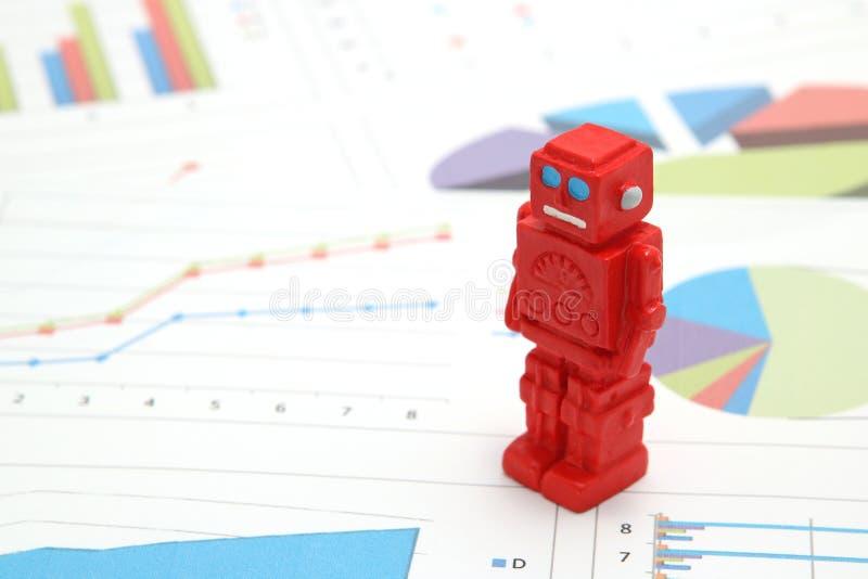Android-Roboter oder künstliche Intelligenz und Diagramme sind schriftliche Dokumente auf weißem Hintergrund lizenzfreie stockfotografie