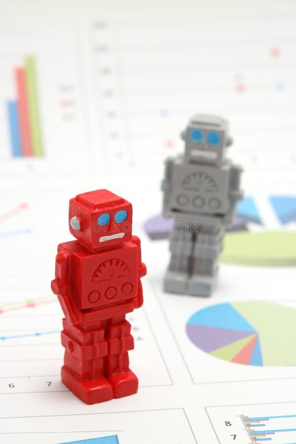 Android-Roboter oder künstliche Intelligenz und Diagramme sind schriftliche Dokumente auf weißem Hintergrund stockbilder