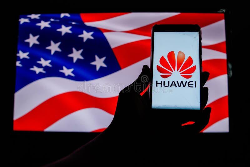 Android-Smartphone qui montre le logo de Huawei devant le drapeau des Etats-Unis images libres de droits