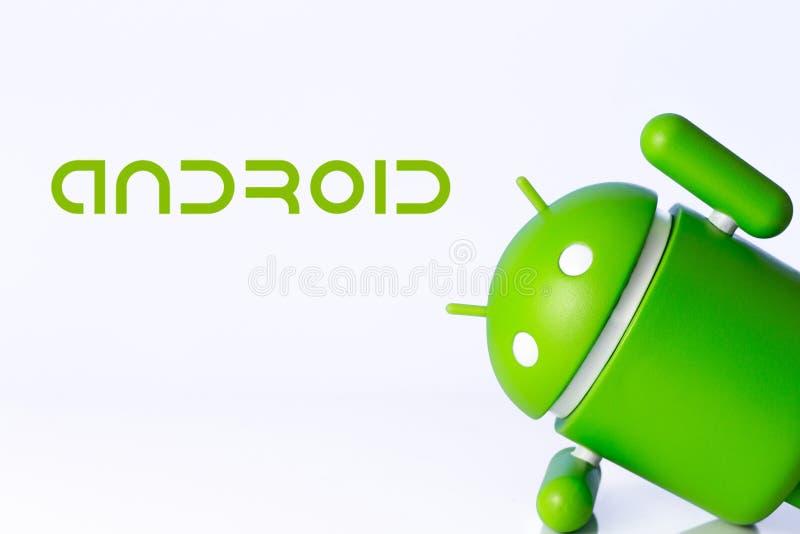 Android-symboolcijfer aangaande de witte achtergrond Android is o royalty-vrije stock foto