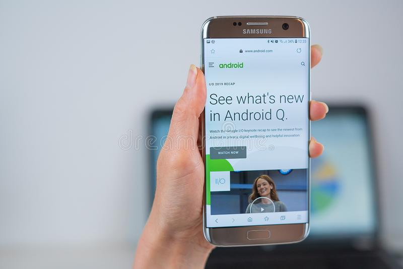 Android-Website ge?ffnet auf dem Mobile stockfotos