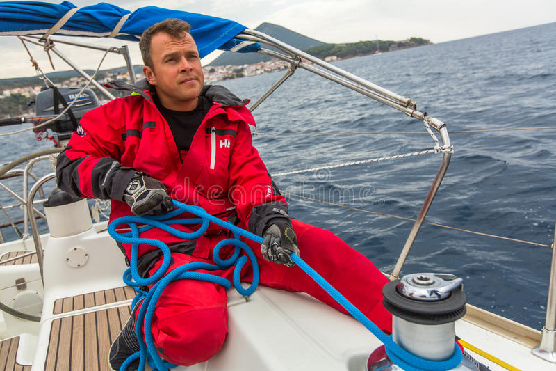 ANDROS, GRÈCE - les marins participent à la régate de navigation photos stock