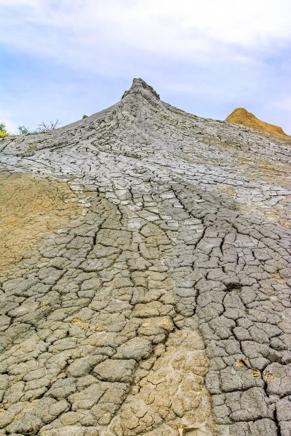 andscape avec le volcan boueux dans Buzau, Paclele Mari, Roumanie photos stock