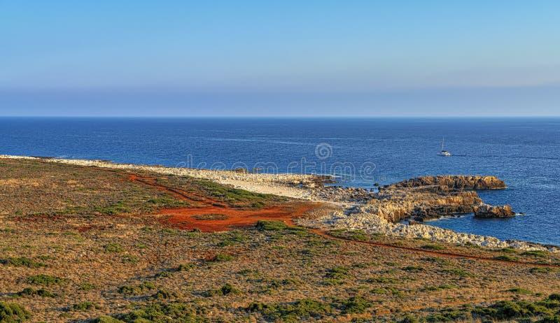 Andscape mit rotem Sand, Ozean ein klarer blauer Himmel lizenzfreies stockfoto