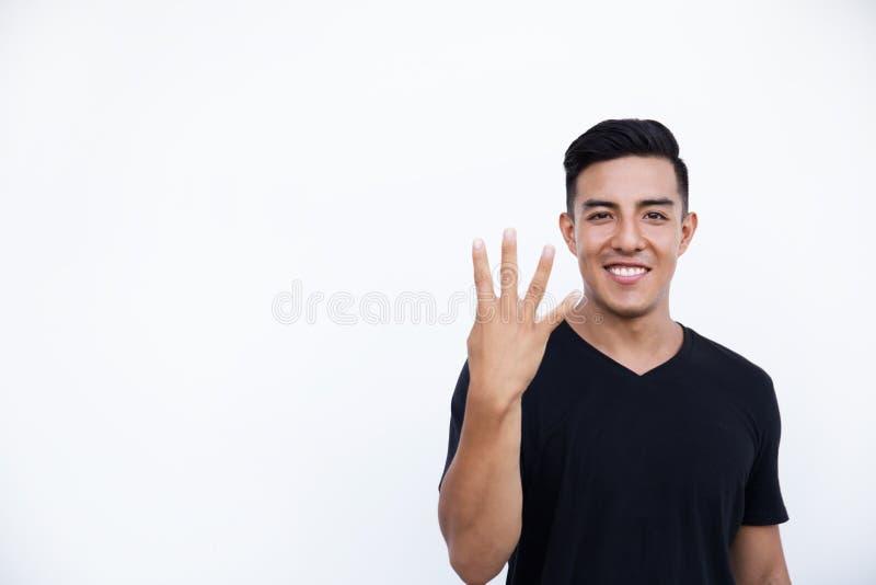 Andsome visar den latinska latinamerikanska mannen fyra fingrar på vit bakgrund royaltyfri fotografi