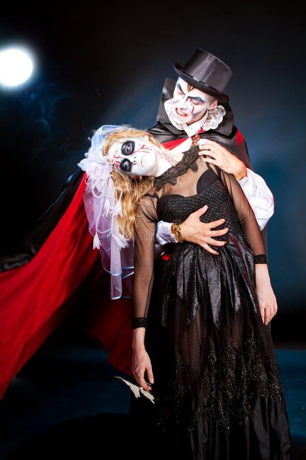 Andwoman del hombre que lleva como vampiro y bruja. Halloween fotos de archivo libres de regalías
