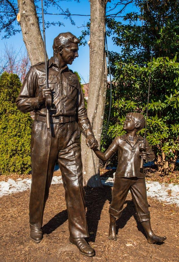 Andy Griffith und Opie-Statue stockbild