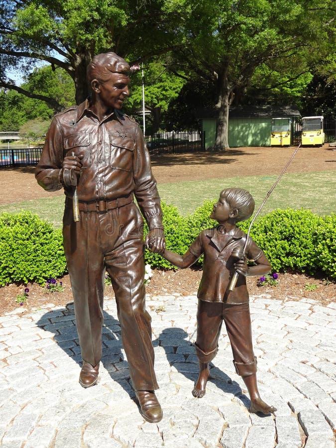 Andy Griffith y escultura de Opie en el parque de Pullen en Raleigh, Carolina del Norte imagen de archivo libre de regalías
