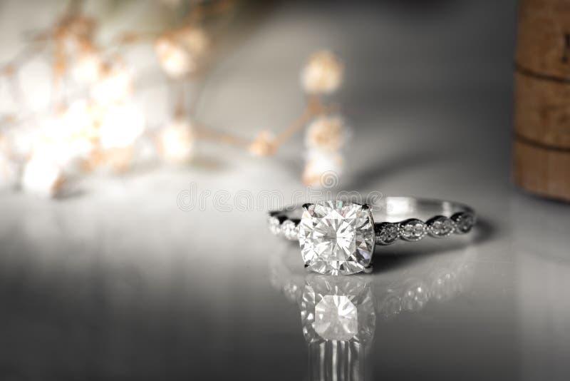 Aneis de diamante da joia no fundo branco Sinal do amor Joia da forma, boa para o casamento ou o conceito do tema do acoplamento imagens de stock