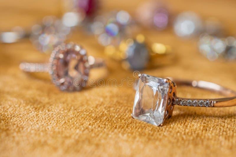 Aneis de diamante da joia no fundo dourado da tela foto de stock royalty free